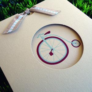 Προσκλητήριο Βάπτισης -Β1446 vintage - <p>Ιδιαίτερο συρταρωτό vintage προσκλητήριο με θέμα ρομαντικό παλαιό ποδηλατάκι.</p>...