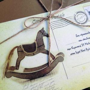 Προσκλητήρια Βάπτισης Cart Postale -Β1516 - <p>Μοναδικό προσκλητήριο βάπτισης cart postale σε ανακυκλωμένο φάκελο και κάρτα σε γήινες αποχρώσεις και θέμα το αλογάκι.</p>...