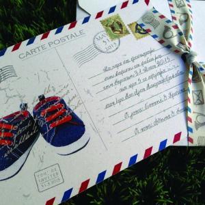 Προσκλητήρια Βάπτισης Cart Postale -Β1518 - <p>Μοναδικό προσκλητήριο βάπτισης cart postale σε ανακυκλωμένο φάκελο και κάρτα σε γκρι αποχρώσεις, θέμα παιδικά παπουτσάκια και ιδιαίτερη υφασμάτινη κορδέλα!</p>...