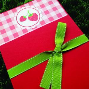 Προσκλητήριο Βάπτισης Φράουλα -Β1558 - <p>Συρταρωτό προσκλητήριο βάπτισης με θέμα τη φράουλα σε κόκκινες αποχρώσεις και δέσιμο απο γκρο κορδέλα!</p>...