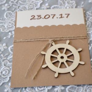 Προσκλητήρια βάπτισης ναυτικό -Β1707 - <p>Συρταρωτό προσκλητήριο βάπτισης με κρεμαστό ξύλινο τιμόνι στο δέσιμο!</p>...