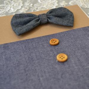 Προσκλητήρια βάπτισης μουστάκι - παπιγιόν -Β1725 - <p>Μοναδικό προσκλητήριο βάπτισης για αγόρι , από οικολογικό χαρτί   τζην δερματίνη, με υφασμάτινο τζην παπιγιόν και ξύλινα κουμπιά!</p>...