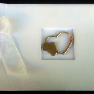 Βιβλίο Ευχών Γάμου -37 - <p>Λευκό βιβλίο ευχών γάμου από με διακοσμητικό διπλή καρδιά .</p>...